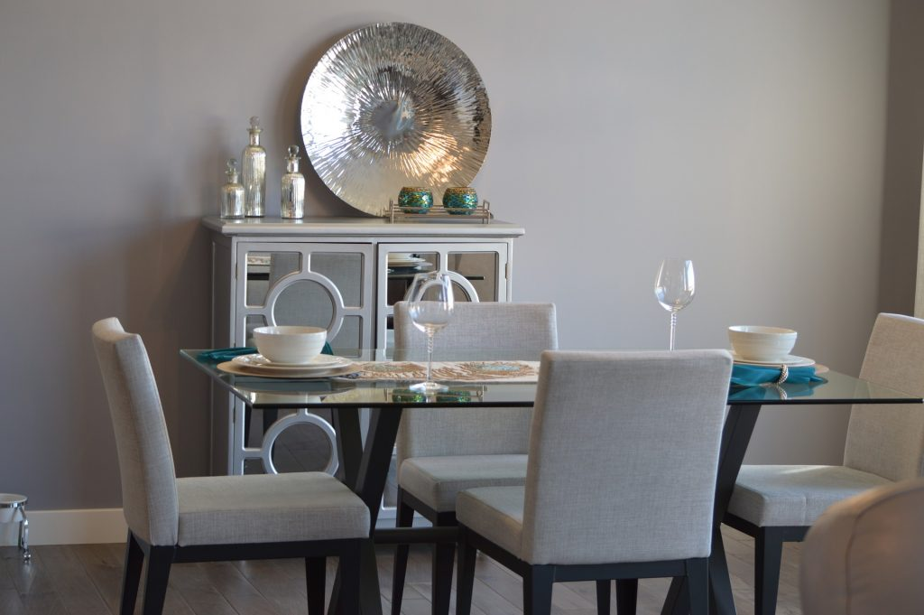 should kitchen and dining room be same color
