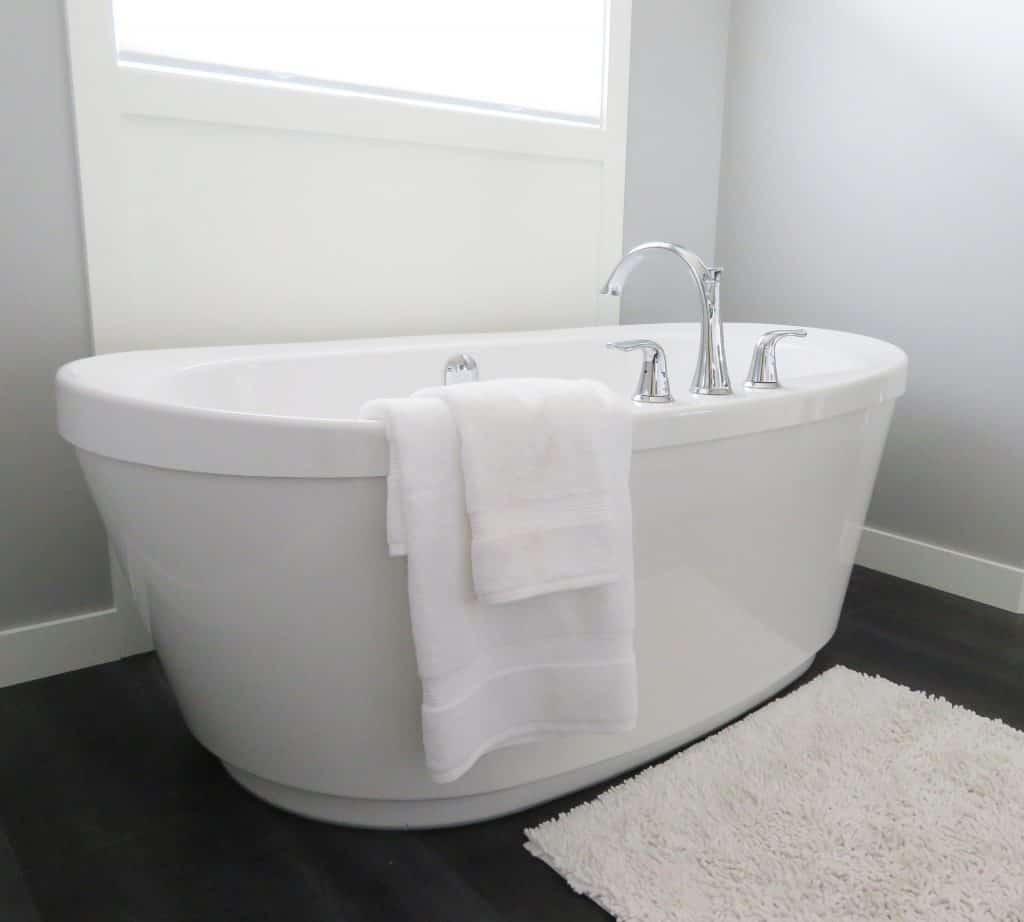 should a guest bathroom have a tub