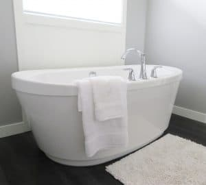 should a guest bathroom have a tub