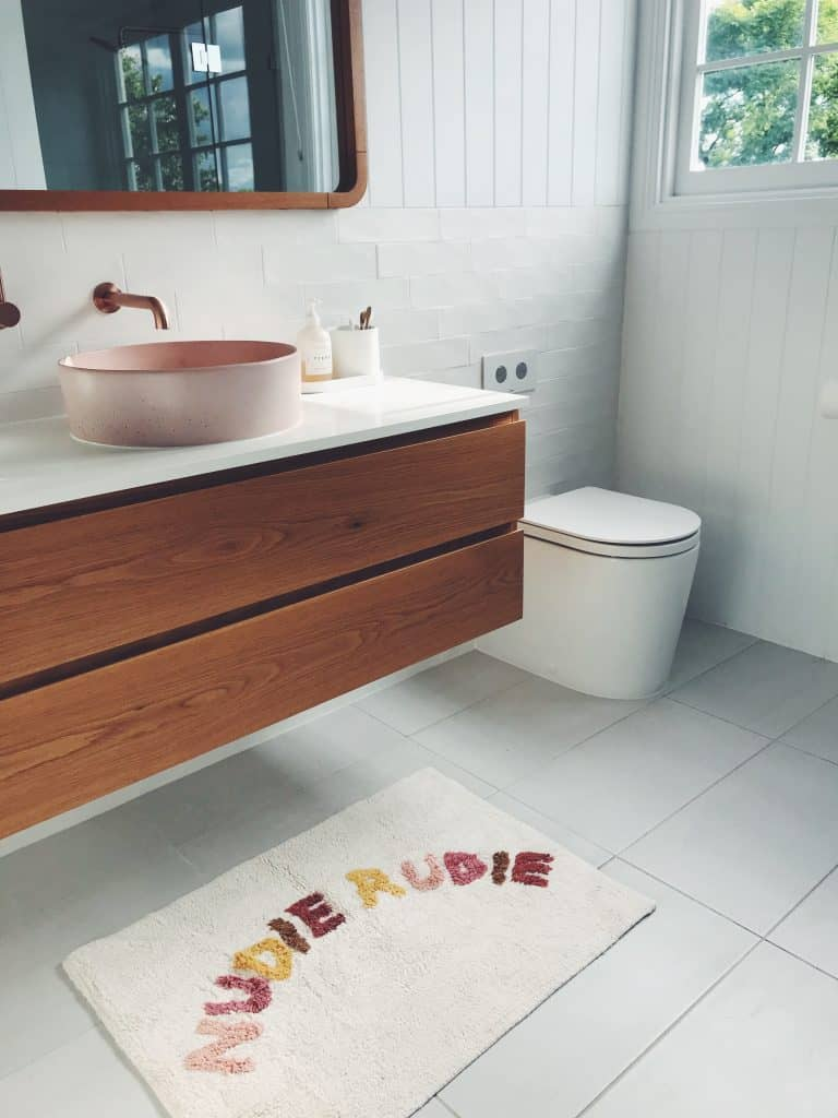 should bathrooms have rugs mat color